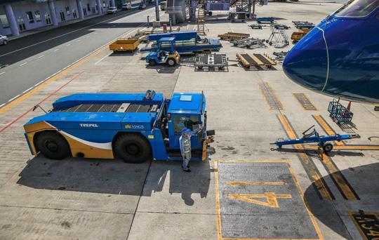 Vã mồ hôi xem nhân viên hàng không làm việc trong cái nóng 50 độ C - 18
