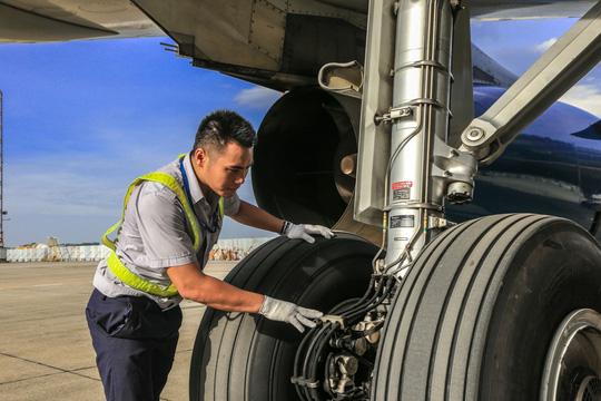 Vã mồ hôi xem nhân viên hàng không làm việc trong cái nóng 50 độ C - 22