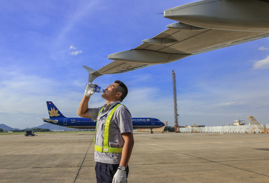 Vã mồ hôi xem nhân viên hàng không làm việc trong cái nóng 50 độ C - 23