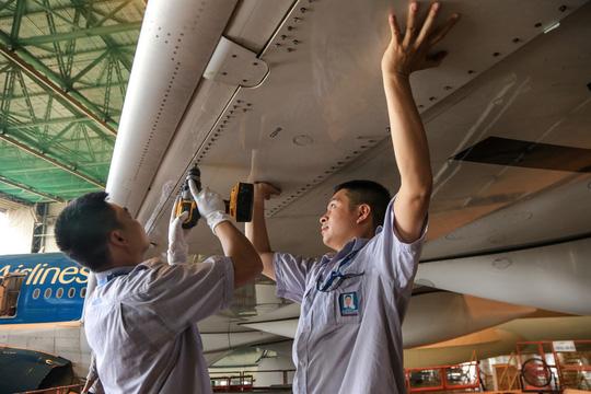 Vã mồ hôi xem nhân viên hàng không làm việc trong cái nóng 50 độ C - 26