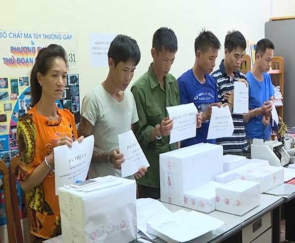 4 tên buôn ma túy ở Sơn La đóng cửa cố thủ cùng 8 bánh heroin và súng - 1