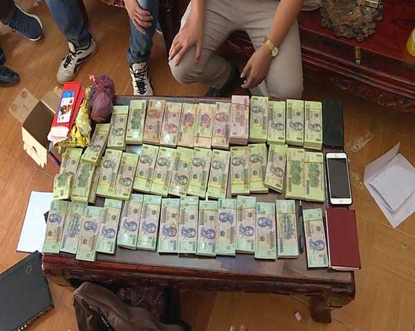 4 tên buôn ma túy ở Sơn La đóng cửa cố thủ cùng 8 bánh heroin và súng - 2
