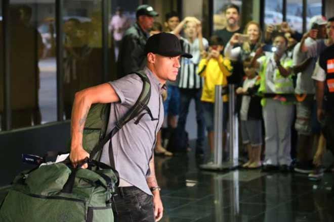 Brazil thua thảm World Cup: Về nhà bị ném đá & trứng thối, Neymar tránh mặt - 1