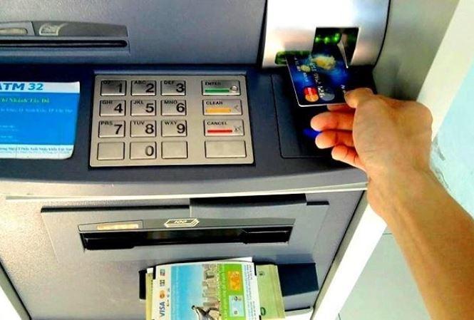 Ngân hàng lại tăng phí ATM nội mạng - 1