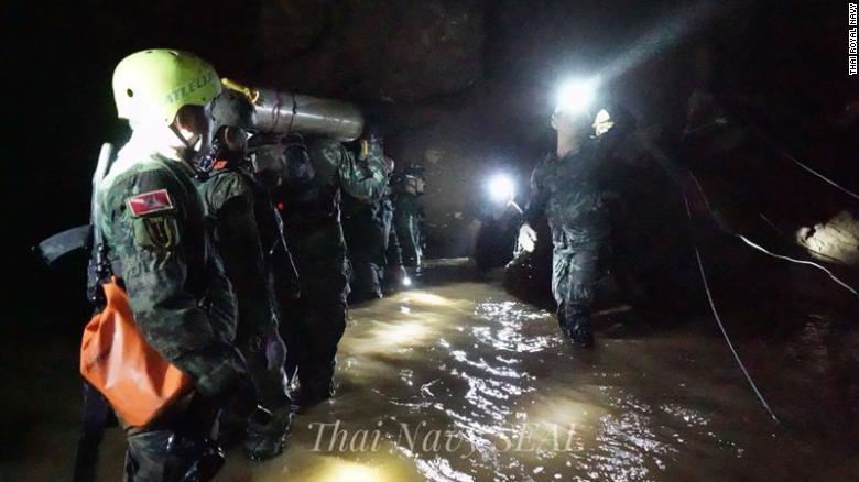 NÓNG: Toàn bộ 13 thành viên đội bóng Thái Lan đã được cứu khỏi hang - 12
