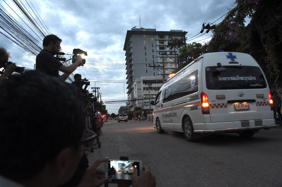 NÓNG: Toàn bộ 13 thành viên đội bóng Thái Lan đã được cứu khỏi hang - 2