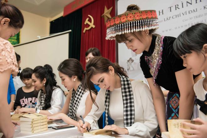 Mỹ Linh cùng các người đẹp xếp thêm sách quý cho thư viện Lào Cai - 2