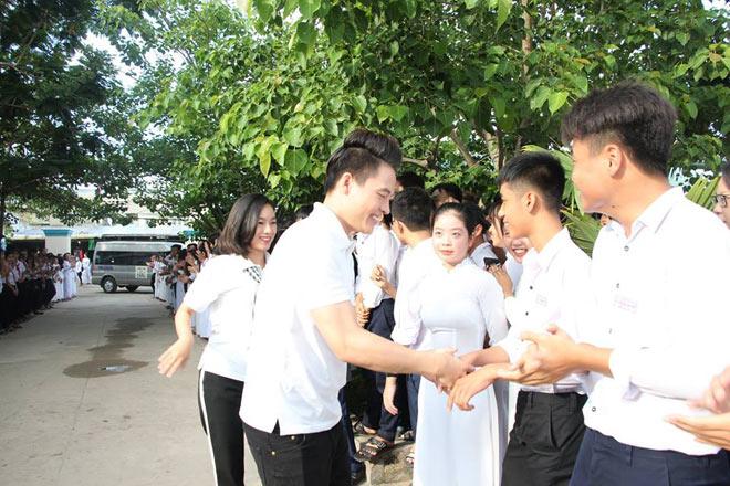 Diễn viên Hồ Bích Trâm, Võ Tấn Phát trao học bổng cho học sinh nghèo - 4