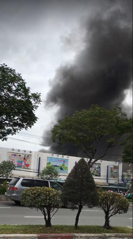 Cháy lớn cơ sở sản xuất sofa sát siêu thị Co.opmart ở Sài Gòn - 1