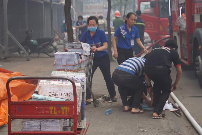 Cháy lớn cơ sở sản xuất sofa sát siêu thị Co.opmart ở Sài Gòn - 6
