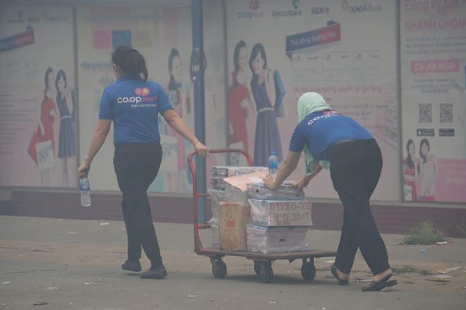 Cháy lớn cơ sở sản xuất sofa sát siêu thị Co.opmart ở Sài Gòn - 5