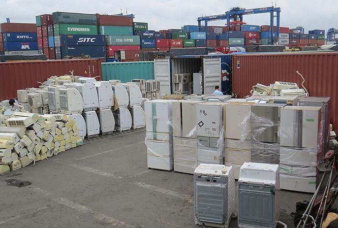 8 container hàng cấm nhập khẩu về Việt Nam khai báo là.... rổ nhựa - 1