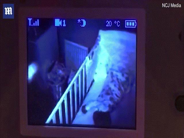 Cha hãi hùng sau khi xem lại video con gái 13 tháng tuổi ngủ say