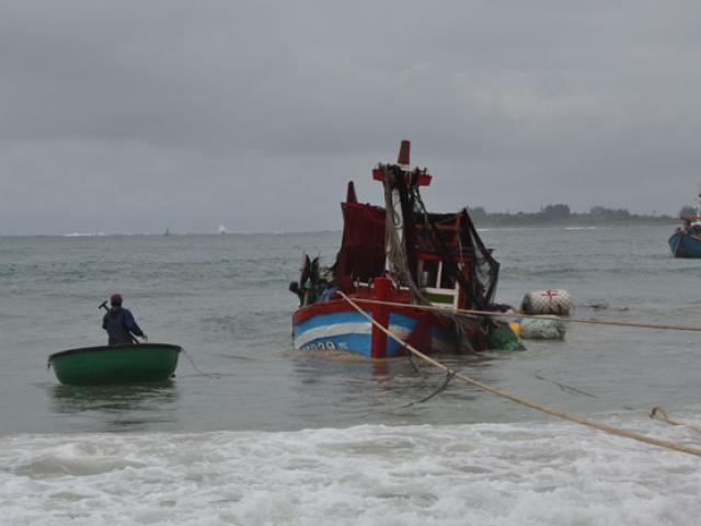 Sét đánh trúng tàu cá, 8 ngư dân thoát chết