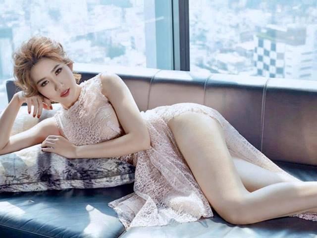 Váy xẻ ngút ngàn của mỹ nhân Tiền Giang dính scandal chung phòng đồng nghiệp nam