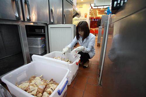 Khám phá xe kiểm nghiệm thực phẩm nhanh đầu tiên ở HN - 2