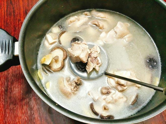Canh thịt gà nấu nấm hương ngọt thanh, bổ dưỡng cho ngày thu mát mẻ - 6