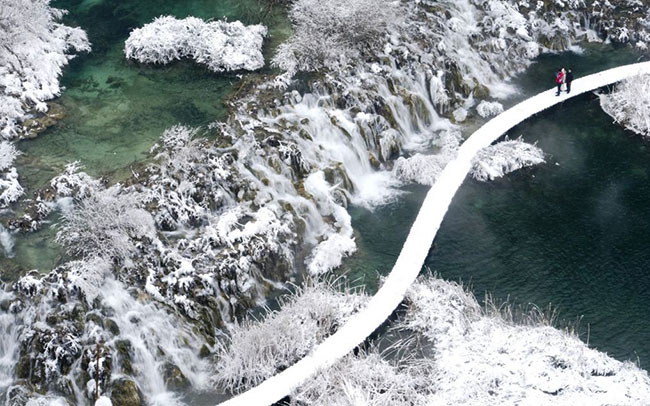 Vườn quốc gia Plitvice, Croatia: Cảnh tượng một loạt 16 hồ màu ngọc lam, xếp nối tiếp nhau tạo thành một màn trình diễn không thể nào quên. Khi mùa đông tới và nước hồ đóng băng lại, cảnh tượng trông còn ấn tượng hơn nhiều.
