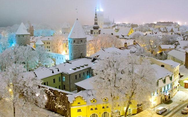 Tallinn, Estonia: Thị trấn có từ thời trung cổ nàymê hoặc du khách quanh năm, nhưng vào những tháng mùa đông dài của vùng Estonia, nó lại thay đổi theo một chiều hướng hoàn toàn mới lạ. Lúc này cả thị trấn được phủ một lớp tuyết mỏng và trở nên lộng lẫy như trong một câu chuyện cổ tích.