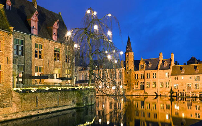 Bruges, Bỉ: Với các ngõ hẻm, nhằng nhịt kênh rạch theo kiến trúc bánh gừng, Bruges chắc chắn là đẹp nhất vào những tháng mùa đông. Hãy đến vào tháng Giêng hoặc tháng Hai khi Giáng sinh vừa qua và đã thị trấn đã bóc đi lớp đèn trang trí, bạn sẽ thấy thị trấn có vẻ đẹp đơn sơ của chính nó với những tòa lâu đài cổ nhiều hơn bất kỳ nơi đâu đang soi bóng xuống mặt nước lung linh.