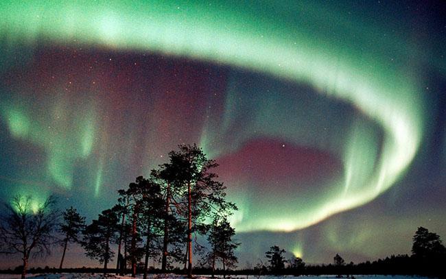 Lapland, Phần Lan: Vào những tháng mùa hè, đây là vùng đất mặt trời chiếm lĩnh suốt 24 giờ, nhưng trong mùa đông dài, Lapland bị chìm trong bóng tối gần như toàn bộ. Đây chính là lúc để du khách để đến thăm quan nơi đây bởi chính là thời điểm tốt nhất để xem Bắc cực quang.