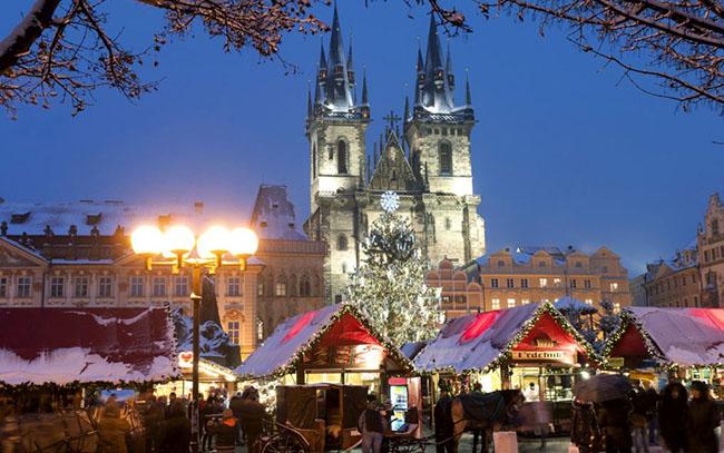 Prague, Cộng hòa Séc: Châu Âu vốn được coi là nơi tổ chức Giáng sinh tưng bừng nhất thế giới, và Prague được cho là nơi đẹp nhất. Tại đây bạn có thể đi lang thang quanh những cái hang cổ tích được làm bằng gỗ và có cơ hội nhặt quà tặng và đồ trang trí Christmassy được rải xung quanh. Ngoài ra đừng quên thưởng thức món xúc xích klobása (xúc xích nướng) với một ít svařené víno (rượu nho) để có một trải nghiệm lễ hội thật đầy đủ.