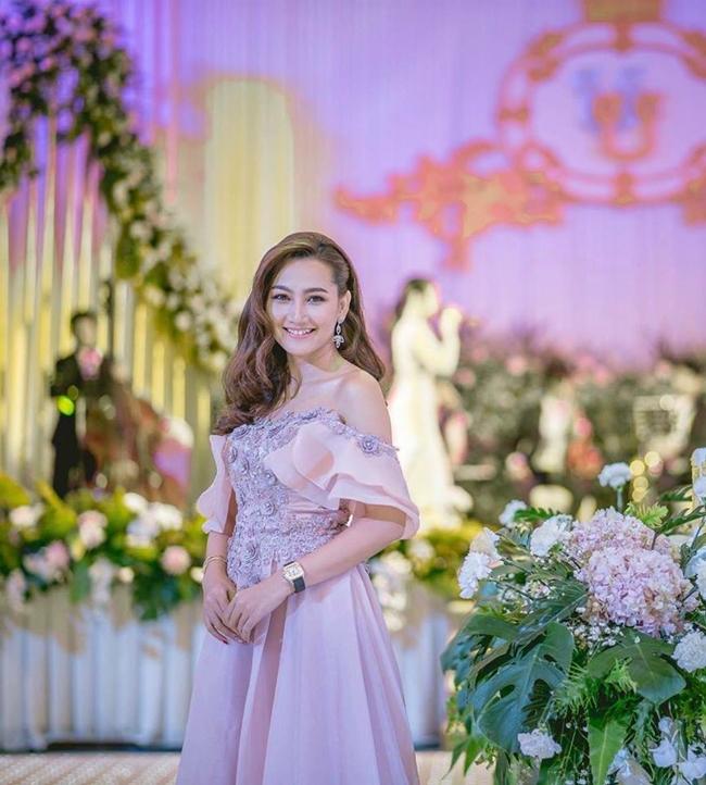 Cô hiện đang là một người mẫu, MC, diễn viên truyền hình có tiếng tại Campuchia. Nhan sắc của cô cũng được cho là có những điểm tương đồng với Anna Trương - con gái của Anh Quân, Mỹ Linh.