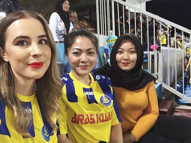Fan nữ Malaysia thức xuyên đêm mua vé xem chung kết AFF Cup vẫn xinh tươi