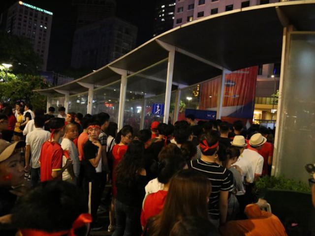 """Fan Sài Gòn toát mồ hôi xếp hàng giải quyết """"nỗi buồn"""" trước khi """"đi bão"""""""
