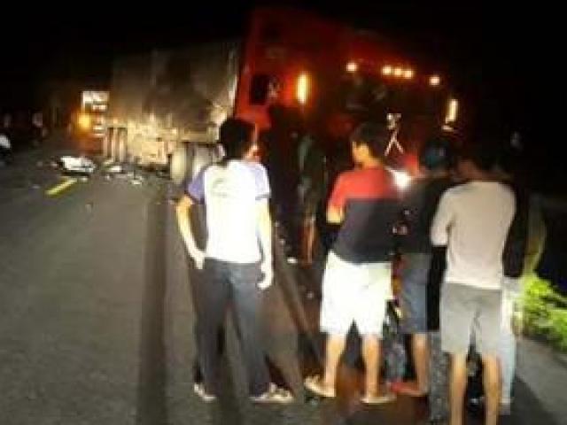 Va chạm với container, 2 thanh niên đi xe máy tử vong trong đêm