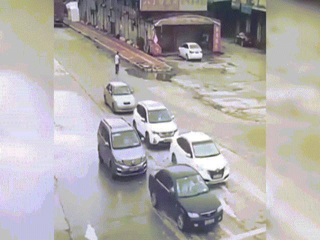 Xe đầu kéo mất lái, đè nát bét 3 ô tô con đang dừng đèn đỏ