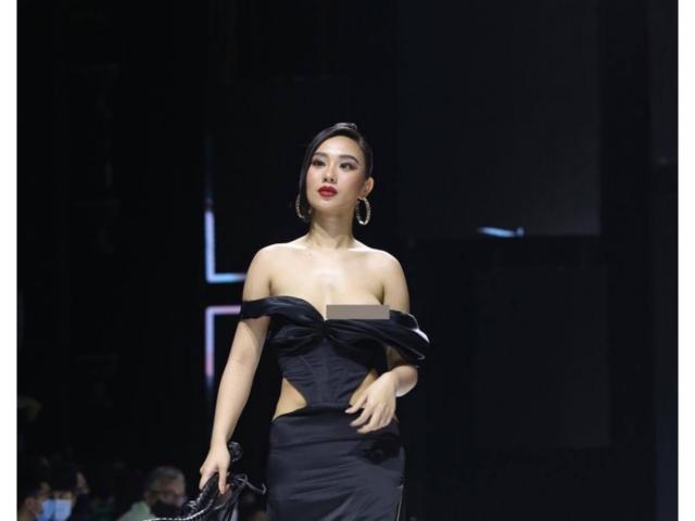 Hoa hậu Hà thành lộ ngực trên sàn diễn thời trang không hề hay biết